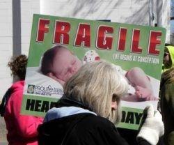 24457_una_manifestante_contra_la_multinacional_del_aborto_planned_parenthood_