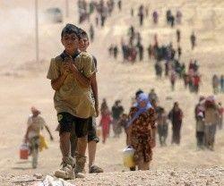 Un niño y su comunidad yazidí, huyendo de la persecución del Estado Islámico