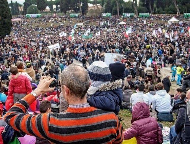 Multitudinaria concentración en Roma a favor de la familia
