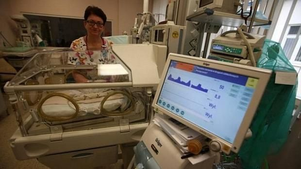 Una enfermera del centro comprueba el estado del bebé - ABC