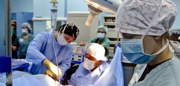 Un grupo de médicos realizando una operación / San Diego Red
