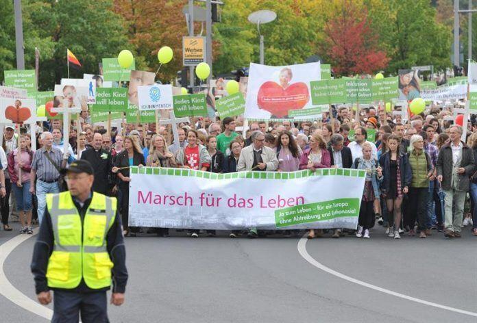 Miles de manifestantes celebran una marcha por la vida en Berlín 17/9/2016 EFE