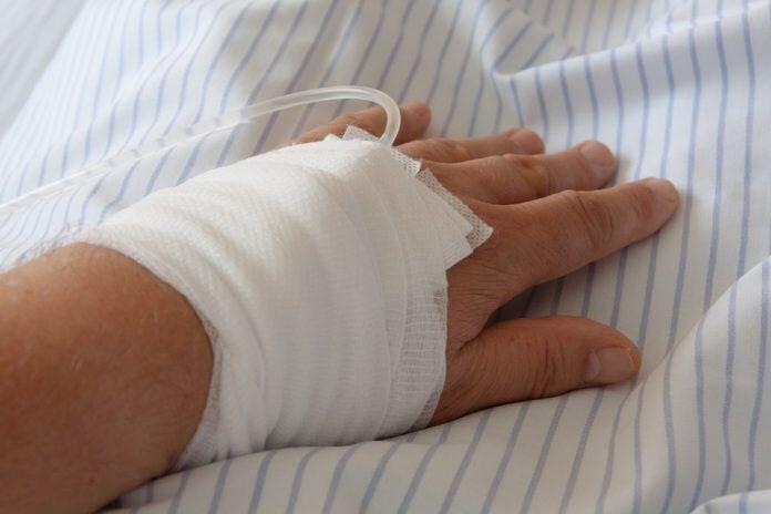 Imagen de la mano de un enfermo con una vía / Pixabay
