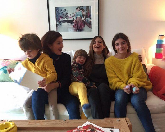 Samantha Vallejo-Nágera con sus hijos y Sara Carbonero / ELLE