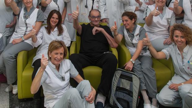 El paciente, rodeado del equipo de la CUN que le ha tratado -ABC