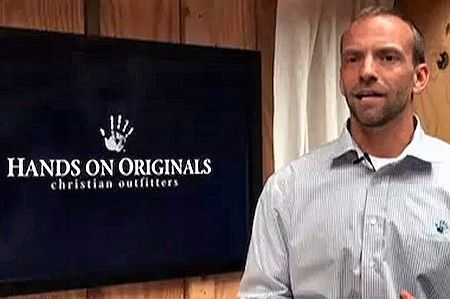 Blaine Adamson, propietario de una empresa de impresión de camisetas, perseguido por no querer imprimir mensajes contrarios a sus convicciones.