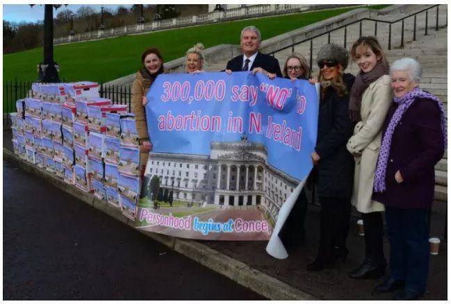 Diputados del Parlamento de Irlanda del Norte salieron a recibir la entrega de las 300.000 firmas de ciudadanos