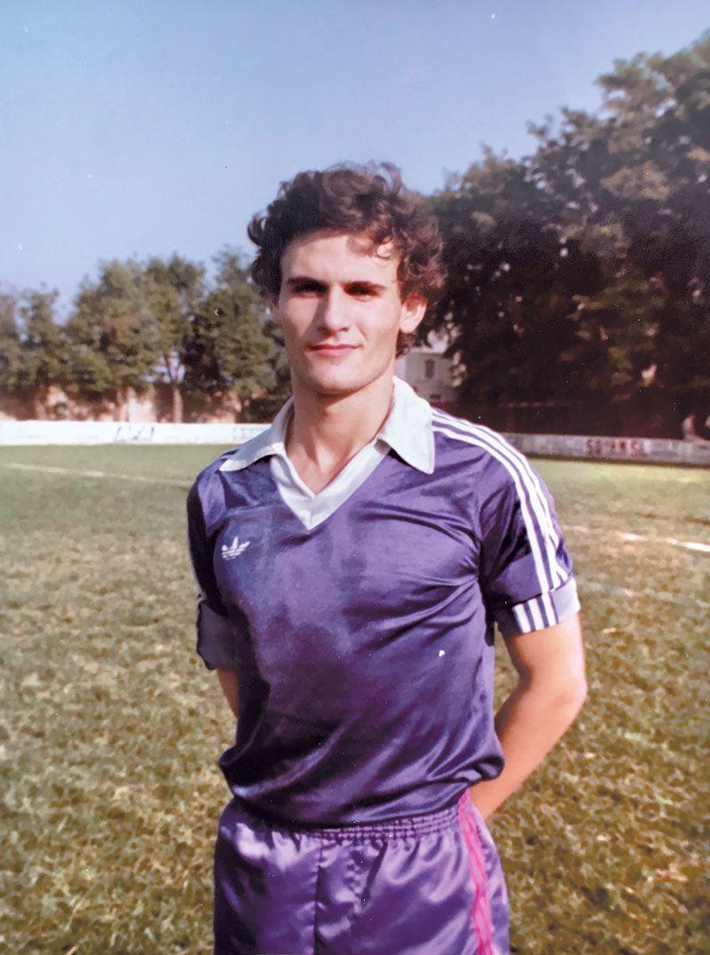 Izpisúa llegó a jugar en Tercera División (1978). El fútbol y la filosofía son otras de sus pasiones.