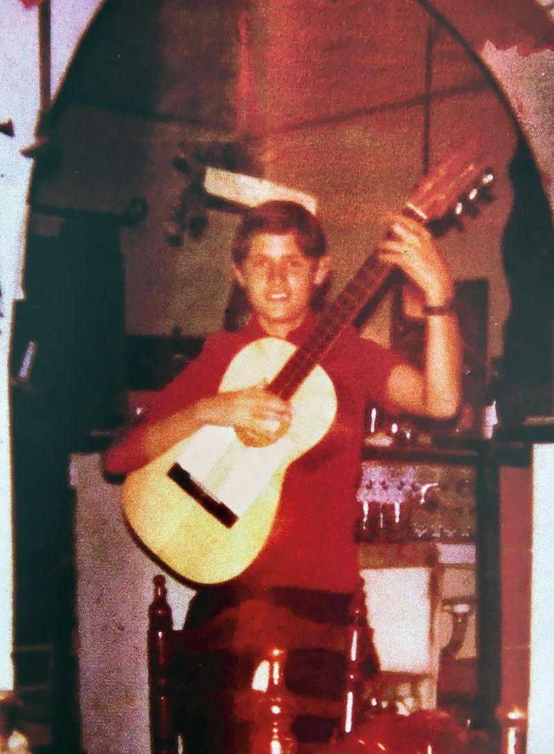 En Benidorm, hacia 1973, tocando la guitarra para los turistas. Entonces se ganaba la vida de camarero o de botones.