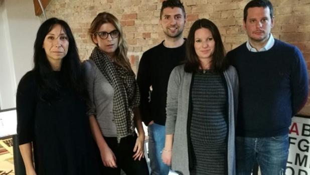 Martina, a la derecha, con el resto del equipo de la empresa que la ha contratado a punto de tener un bebé.
